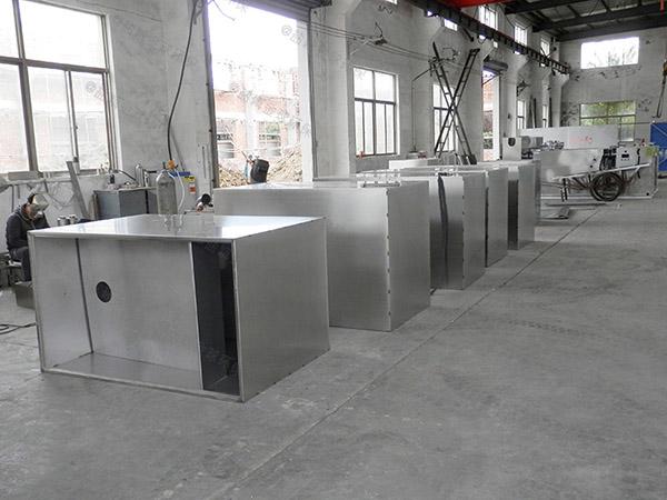 水池子下边密闭式隔渣三相油水分离器设计方案